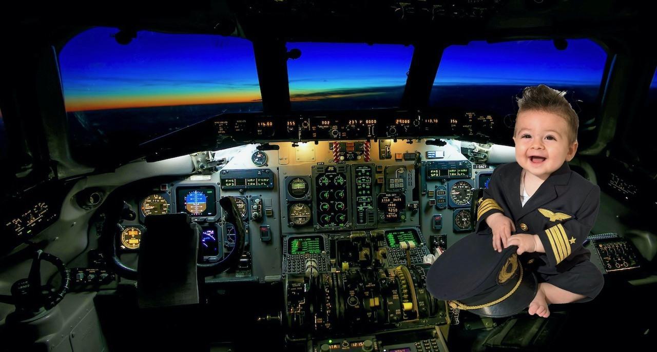 Den fødte lille pilot i cockpit